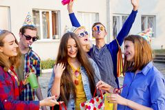 Anni dell'adolescenza che hanno un partito Immagine Stock Libera da Diritti