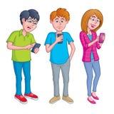 Anni dell'adolescenza che mandano un sms e che per mezzo dei telefoni cellulari Fotografie Stock Libere da Diritti