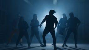 Anni dell'adolescenza che partecipano alla battaglia di dancing fuori stock footage