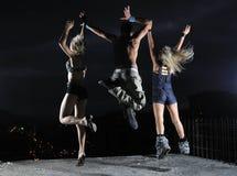 Anni dell'adolescenza che saltano in aria pronta per il partito Fotografia Stock
