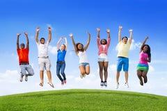 Anni dell'adolescenza che saltano su una collina Immagine Stock