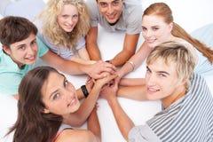 Anni dell'adolescenza che si distendono sul pavimento in un cerchio Fotografia Stock Libera da Diritti