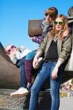 Anni dell'adolescenza che si distendono in una sosta della città Immagini Stock