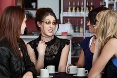 Anni dell'adolescenza che si incontrano in un caffè Fotografia Stock