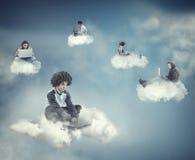 Anni dell'adolescenza che si siedono su una nuvola Fotografie Stock