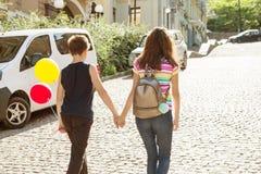 Anni dell'adolescenza che si tengono per mano retrovisione Primo amore di amicizia, giorno di biglietti di S. Valentino Fotografie Stock Libere da Diritti