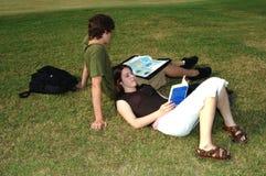 Anni dell'adolescenza che studiano all'aperto Immagini Stock Libere da Diritti