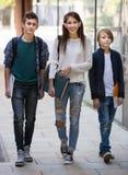 Anni dell'adolescenza che vanno a scuola con le carte Immagini Stock Libere da Diritti
