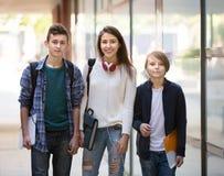 Anni dell'adolescenza che vanno a scuola con le carte Fotografia Stock Libera da Diritti