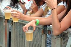 Anni dell'adolescenza con birra Fotografie Stock