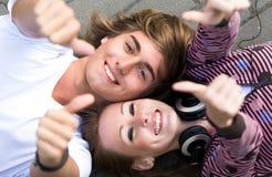 Anni dell'adolescenza con i pollici in su Fotografie Stock