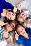 Anni dell'adolescenza con i pollici in su Fotografie Stock Libere da Diritti
