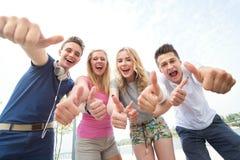 Anni dell'adolescenza con i pollici in su Fotografia Stock Libera da Diritti