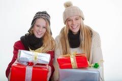 Anni dell'adolescenza con i regali avvolti per natale o il partito Fotografie Stock Libere da Diritti
