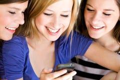 Anni dell'adolescenza con il cellulare Fotografie Stock Libere da Diritti