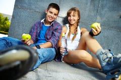 Anni dell'adolescenza con le mele Fotografia Stock Libera da Diritti