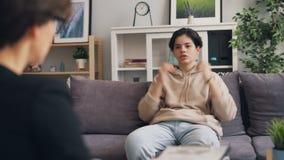 Anni dell'adolescenza depressi che hanno conversazione con lo psicoterapeuta in ufficio moderno archivi video