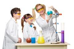 Anni dell'adolescenza ed insegnante di chimica alla fabbricazione di lezione Immagine Stock