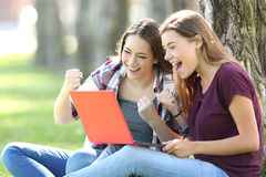 Anni dell'adolescenza emozionanti che ricevono buone notizie sulla linea Immagini Stock Libere da Diritti