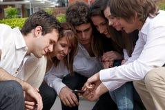Anni dell'adolescenza felici che si siedono sulla via Fotografie Stock Libere da Diritti