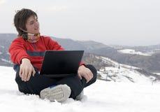 Anni dell'adolescenza felici con il computer portatile in montagne di inverno Immagini Stock Libere da Diritti