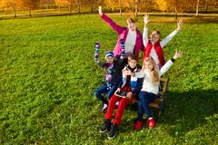 Anni dell'adolescenza felici nel parco di autunno Fotografie Stock Libere da Diritti