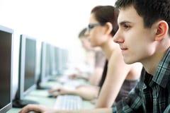 Anni dell'adolescenza in Internet-caffè Fotografie Stock Libere da Diritti
