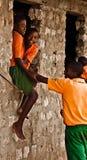 Anni dell'adolescenza keniani, banco africano fotografie stock