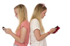 Anni dell'adolescenza mandanti un sms posteriori del Ti posteriore Fotografia Stock