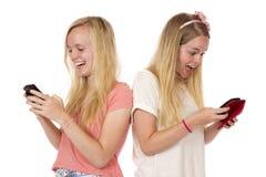 Anni dell'adolescenza mandanti un sms posteriori del Ti posteriore Immagini Stock Libere da Diritti