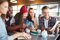 Anni dell'adolescenza moderni in caffè Immagine Stock Libera da Diritti