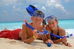 Anni dell'adolescenza naviganti usando una presa d'aria felici Fotografia Stock