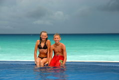 Anni dell'adolescenza in raggruppamento sulla spiaggia   Fotografia Stock