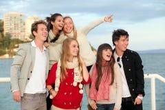 Anni dell'adolescenza sorpresi felici del gruppo Fotografia Stock