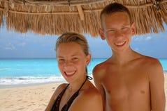 Anni dell'adolescenza sorridenti alla spiaggia Immagini Stock Libere da Diritti