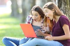 Anni dell'adolescenza stupiti che trovano le opportunità sulla linea Immagine Stock