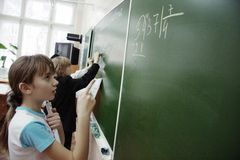 Anni dell'adolescenza sulla lezione di per la matematica al banco Fotografie Stock Libere da Diritti