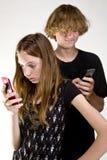 Anni dell'adolescenza Texting sul telefono delle cellule Immagini Stock Libere da Diritti