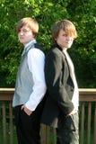 Anni dell'adolescenza Tuxedoed e casuali seri Fotografie Stock Libere da Diritti