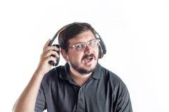 30 anni dell'uomo caucasico ascoltano musica dalle cuffie Fotografia Stock Libera da Diritti