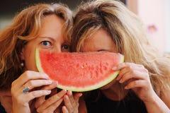 40 anni della donna che mangia anguria Fotografie Stock Libere da Diritti