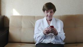 80 anni della donna che per mezzo dello Smart Phone, cellulare, nonna archivi video