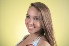 19 anni della giovane donna con un vestito davanti a Fotografia Stock