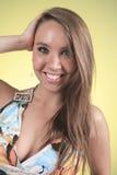 19 anni della giovane donna con un vestito davanti a immagini stock