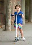 4 anni della ragazza che resta con il motorino Fotografia Stock Libera da Diritti