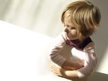 4 anni della ragazza che tiene cartone in bianco Fotografia Stock Libera da Diritti