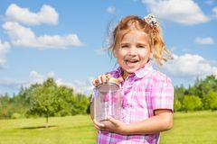 6 anni della ragazza con il barattolo della farfalla Immagini Stock