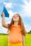6 anni della ragazza con l'aereo di carta Fotografia Stock