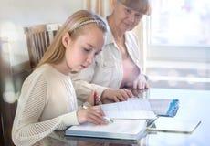 10 anni della ragazza ed il suo insegnante Studio della bambina durante la sua lezione privata Concetto d'istruzione ed educativo Immagini Stock