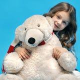 6 anni della ragazza su un fondo blu Fotografia Stock